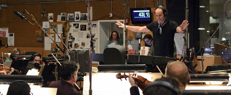 Alexandre Desplat dirigeant l'enregistrement de sa partition pour Godzilla