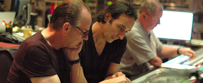 Conrad Pope (orchestrateur), Alexandre Desplat et Shawn Murphy (ingénieur du son) en 2008, pendant les sessions de The Curious Case Of Benjamin Button