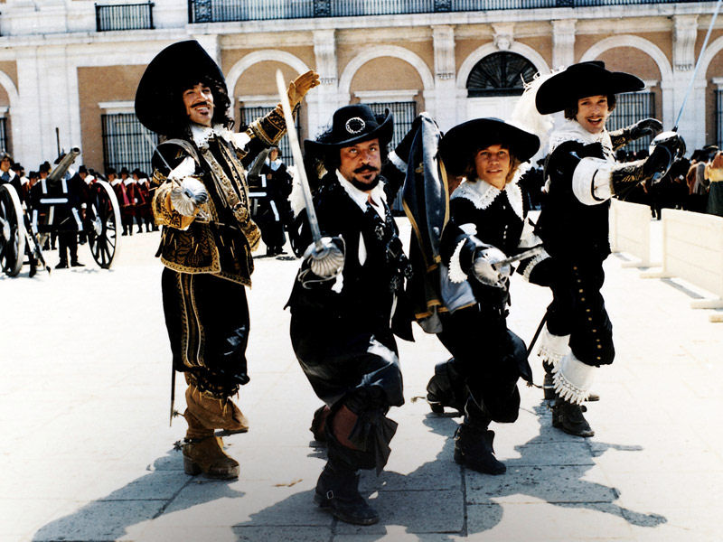 Frank Finlay, Oliver Reed, Michael York et Richard Chamberlain dans The Three Musketeers