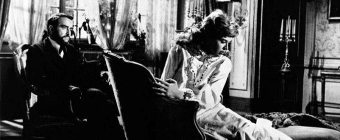 Montgomery Clift et Susannah York dans Freud