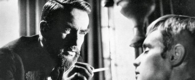 Montgomery Clift et David McCallum dans Freud
