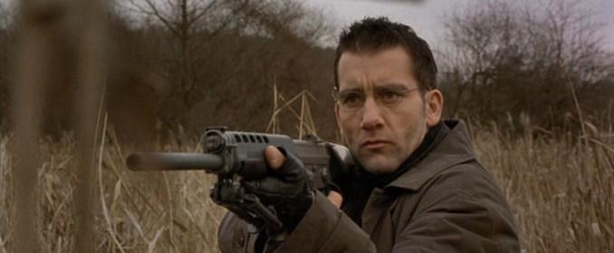 Le Professeur (Clive Owen), aux trousses de Jason Bourne