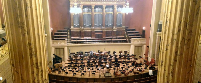 La grande et belle salle du Rudolfinum vue du balcon