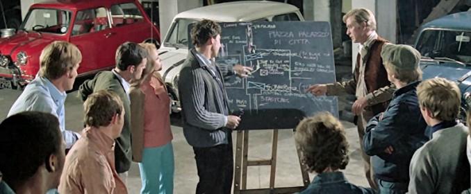 Charlie Croker (Michael Caine) présente son plan à l'équipe