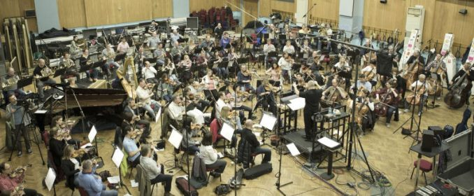 Peter Boyer dirigeant le London Philharmonic Orchestra à Abbey Road