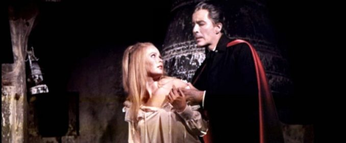 Veronica Carlson et Christopher Lee dans Dracula Has Risen From The Grave