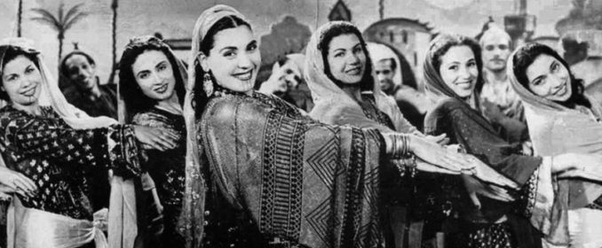 La légendaire Tahia Carioca en compagnie des danseuses de la troupe de Badia Masabni.