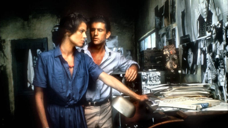 Sigourney Weaver et Mel Gibson dans The Year Of Living Dangerously