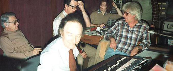 Jerry Goldsmith (à droite) pendant les sessions d'enregistrement de The Great Train Robbery